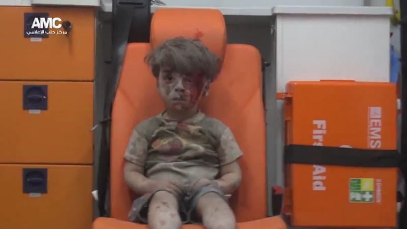 copil scos de sub daramaturi in Alep