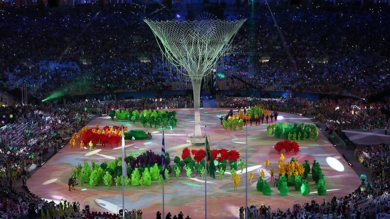 JO de la Rio au fost inchise cu o ceremonie fastuoasa, in ploaie. Spadasina Simona Pop a purtat drapelul Romaniei. FOTO