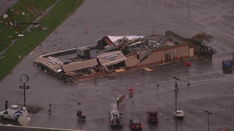 Doua tornade au facut prapad in statul american Indiana. Momentul in care furtuna pune la pamant o cafenea. VIDEO