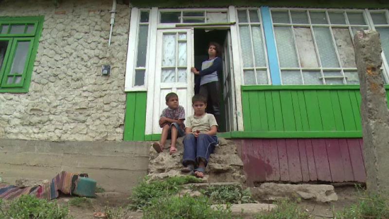 O femeie cu handicap, impreuna cu cei 4 copii ai ei, isi duc viata dupa o zi pe alta. Copiii sunt orfani de tata