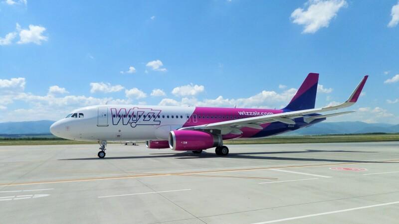 avion wizz air pe pista