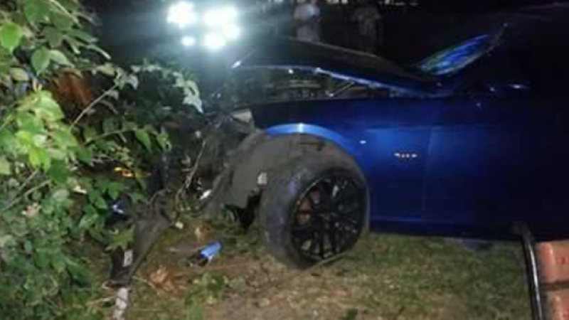 Un șofer fără permis a intrat cu mașina în trei tineri aflați pe o bancă, în Suceava