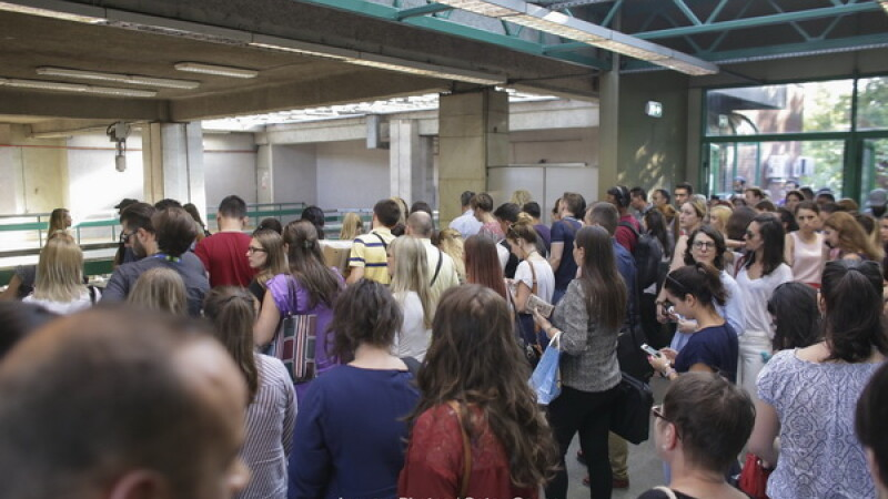 Incident la metrou. Fum la staţia Piaţa Victoriei şi în vagoane