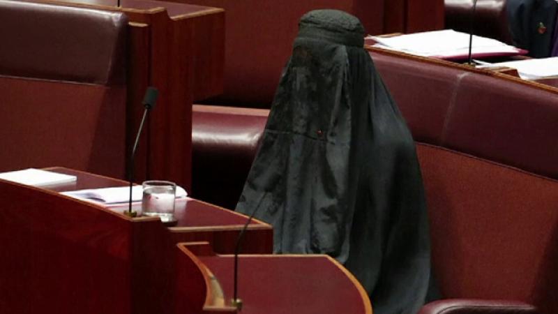 O senatoare extremistă a venit în Parlament în burqă