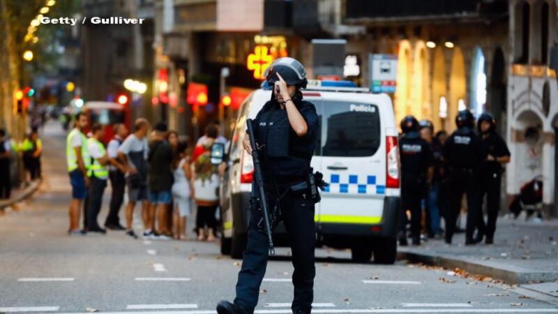 VIDEO tulburător cu un polițist care ține un copil în brațe, în Barcelona