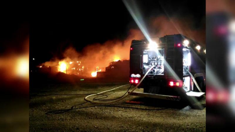 200 de tone de baloţi de paie au ars într-un incendiu la o societate de creştere a animalelor