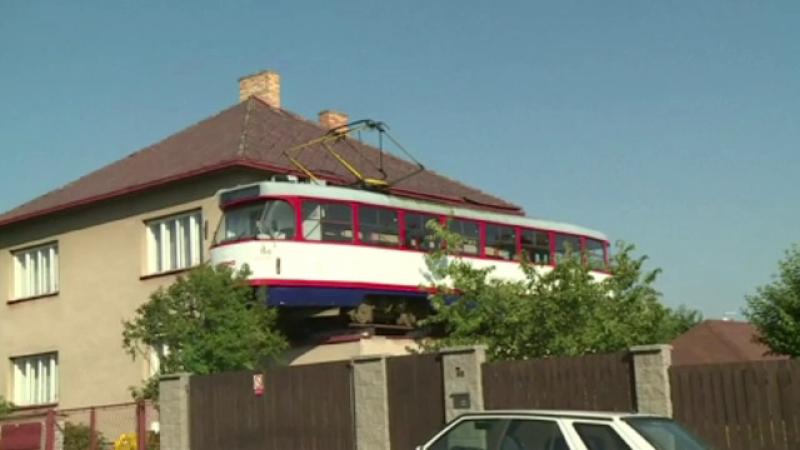 Motivul pentru care un ceh a urcat un tramvai pe casa. Reacţia oamenilor