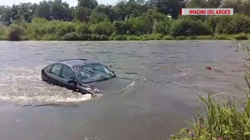 Au plecat la picnic, dar mașina le-a fost luată de ape. Ce s-a întâmplat