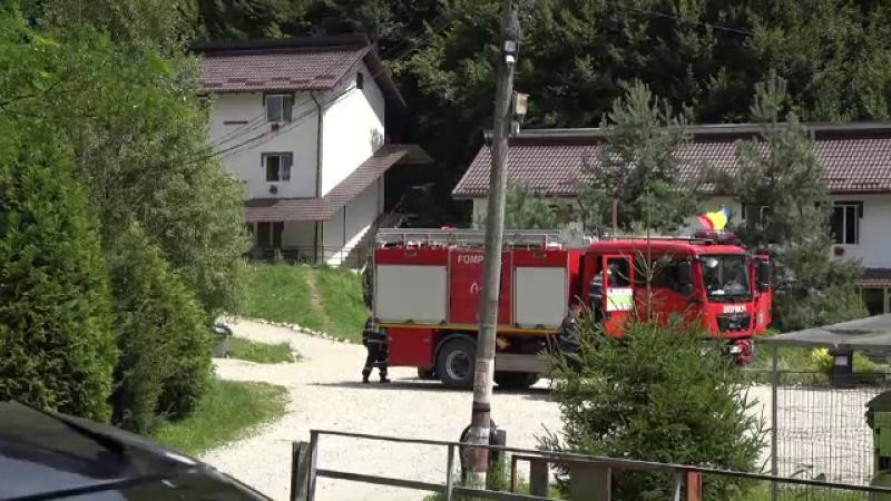 Bărbat transportat la spital, după ce i-a luat casa foc. Incendiul s-a extins și la vecini