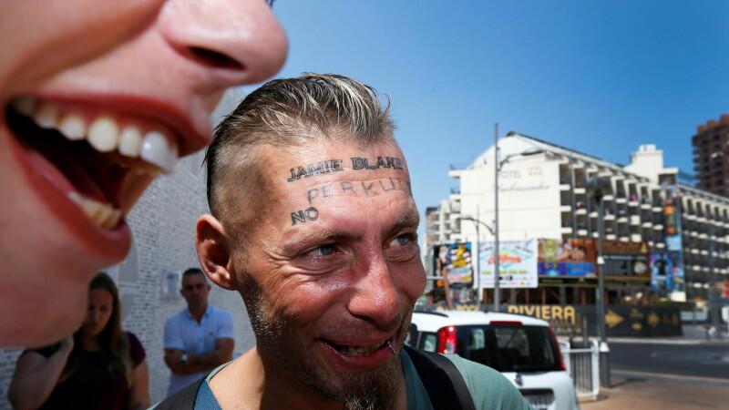 Om al strazii tatuat pe frunte
