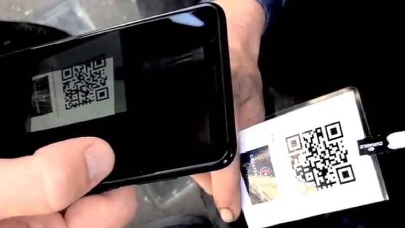 Nouă metodă de dat bani cerșetorilor: scanarea unor coduri QR cu telefonul