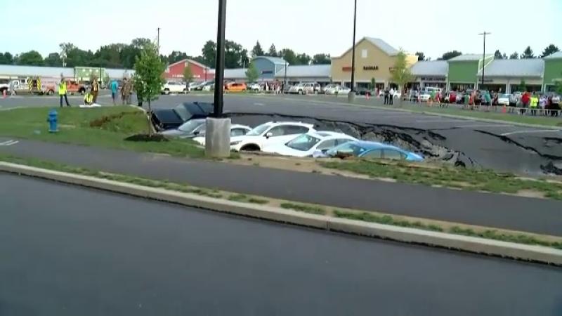 Șase mașini, înghițite de un crater apărut din senin în asfalt