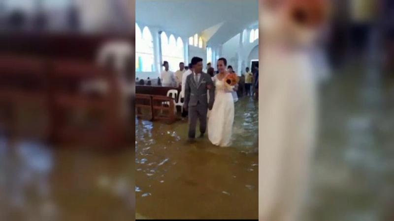 Cuplu casatorit in biserica inundata