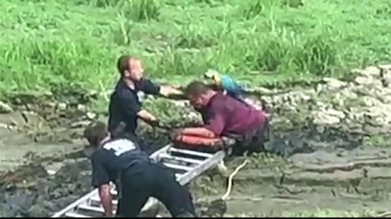 Momentul în care un bărbat și papagalul său sunt salvați din noroi