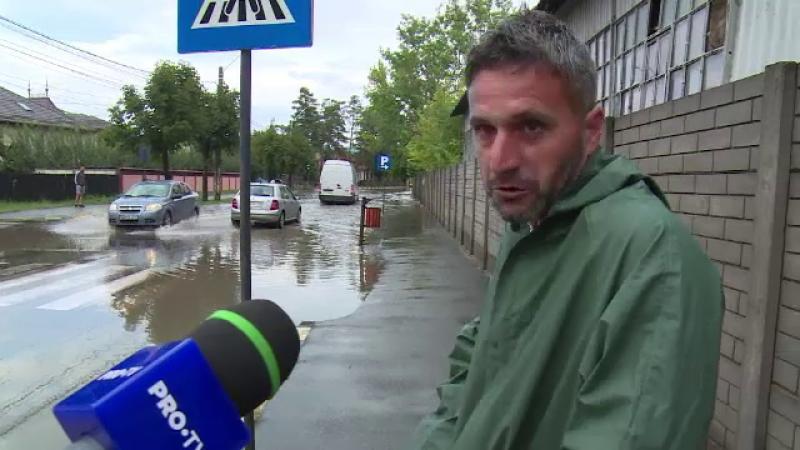 Reacția unui italian care și-a pierdut numărul la mașină pe o stradă inundată din România