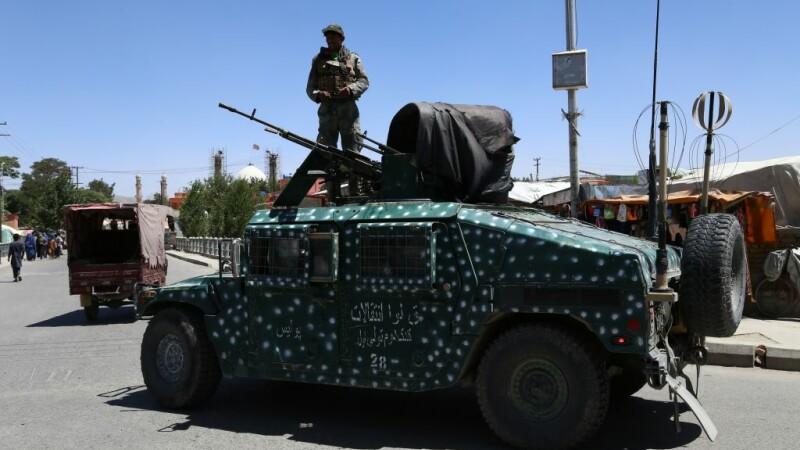 Ambuscadă a talibanilor, pe o şosea din Afganistan. 25 de soldaţi au fost ucişi