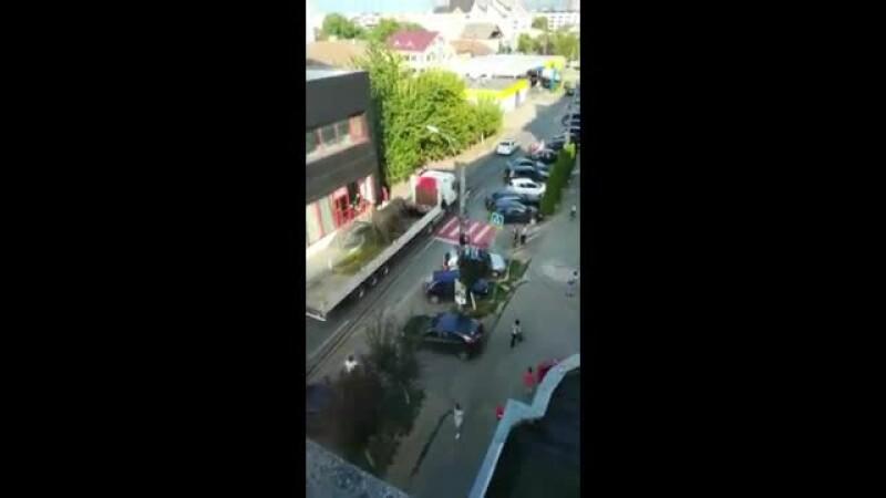 Elefant plimbat pe un camion prin Sighetu Marmaţiei, cu escortă de poliţie