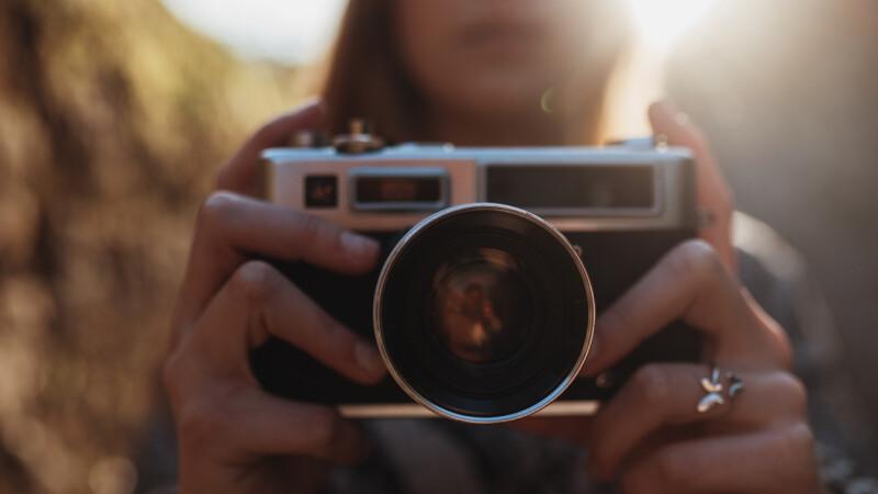 Și-a filmat tatăl, însă imaginile l-au trimis după gratii. Planul unei fete de 15 ani