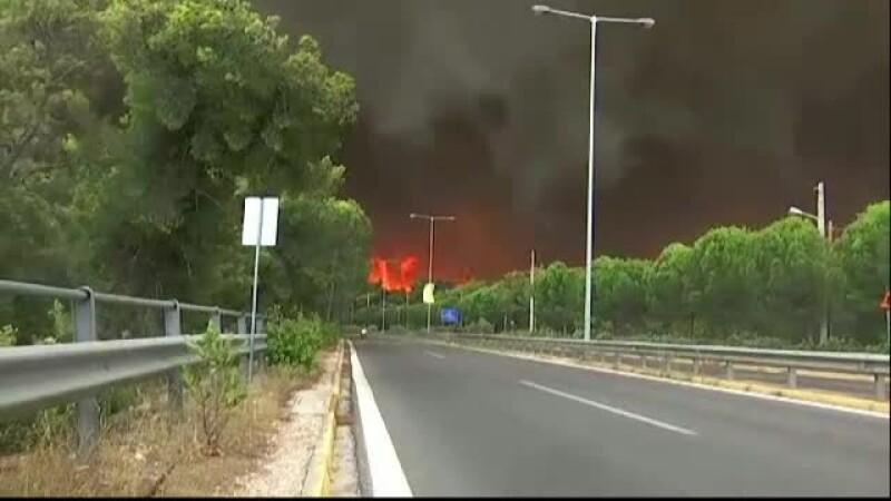 Incendii masive după valul de caniculă. Turiștii și-au lăsat bagajele în urmă și au fugit