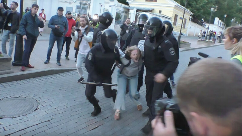 Anchetă în Rusia, după o înregistrare video cu o femeie lovită de un poliţist
