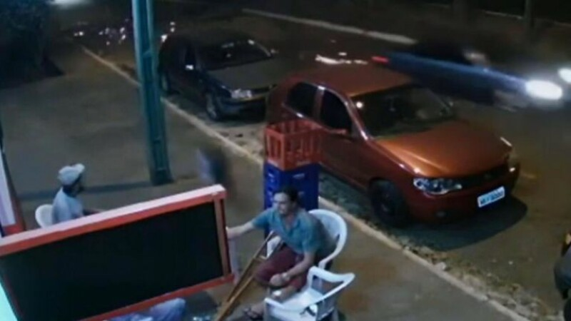 Momentul în care un bărbat este lovit de anvelopa desprinsă de la o mașină