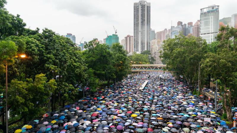 """Zeci de mii de oameni protestează din nou la Hong Kong. """"Nu vom renunţa la nimic"""""""