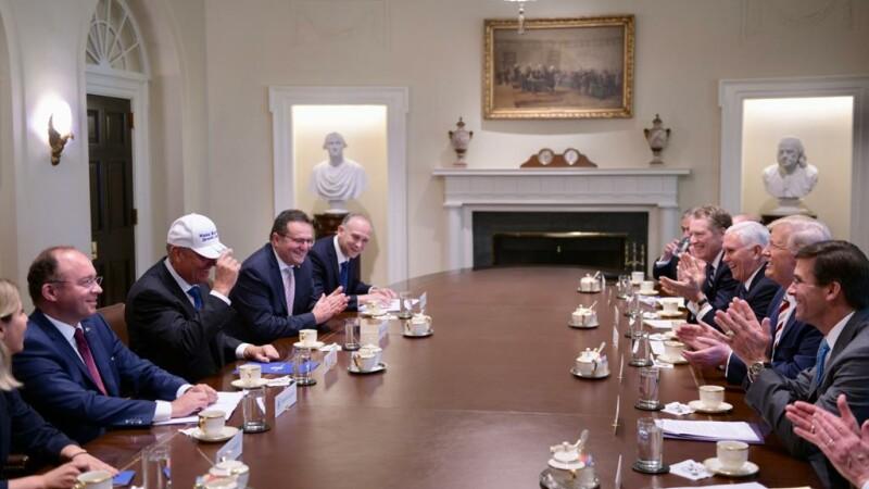 Trump i-a făcut cadou o şapcă lui Iohannis