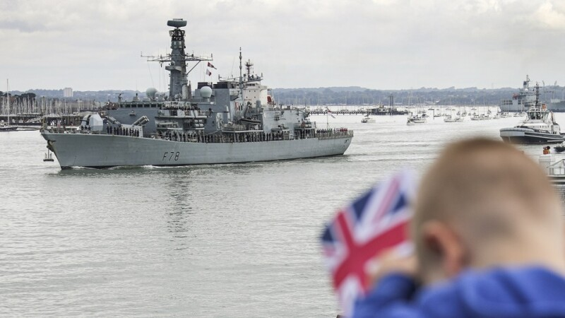 nava HMS Duncan pleaca din port