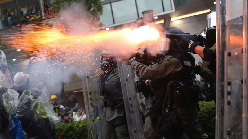 Lupte de stradă între poliţie şi zeci de mii de protestatari, în Hong Kong.