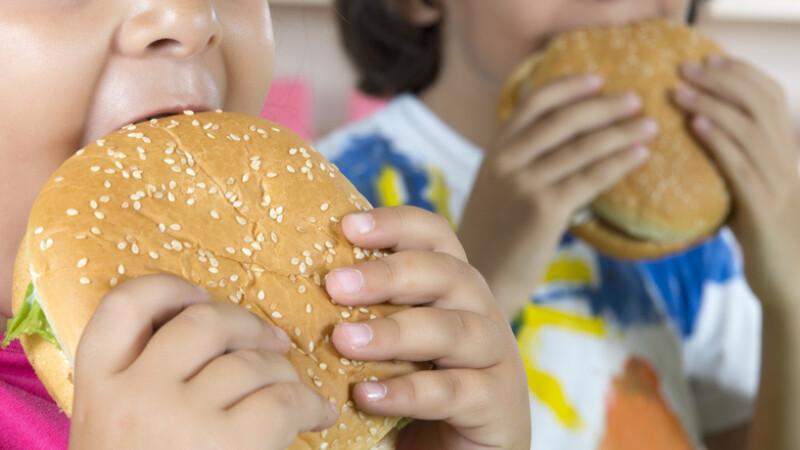 copii care mananca fast-food