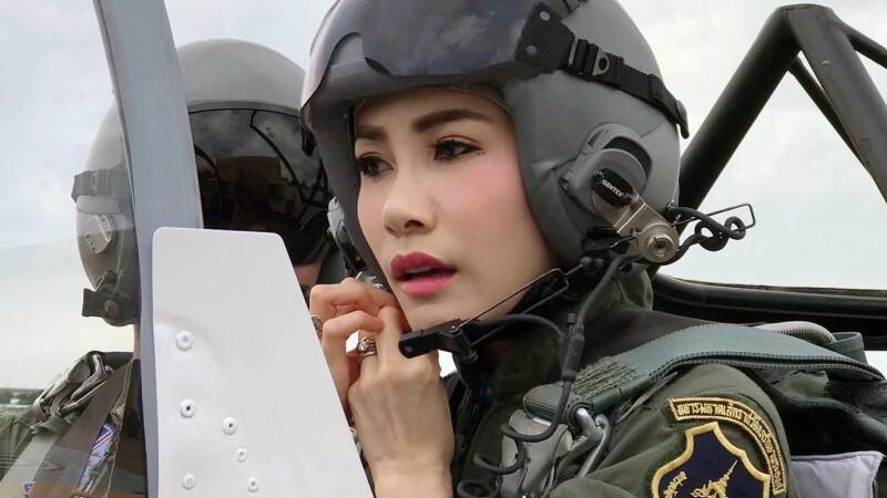 Imagini rare cu concubina oficială a regelui Thailandei - 7
