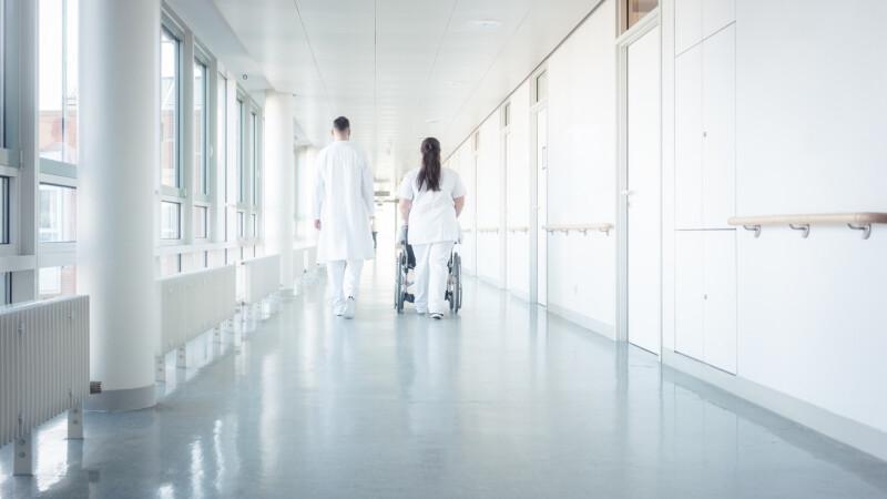 Spital acuzat de discriminare, după ce a forțat o asistentă catolică să asiste la un avort