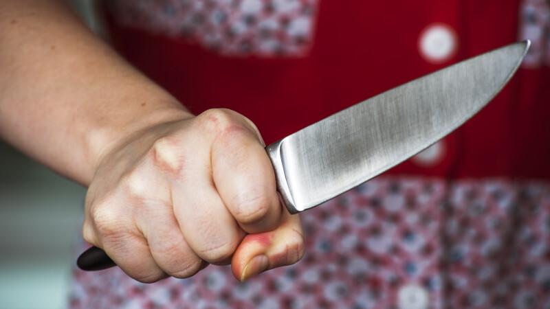 O femeie a înjunghiat în față un copil de 3 ani