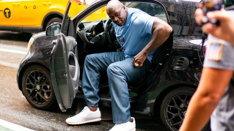 """""""Uriașul"""" Shaquille O'Neal, la volanul unui smart de doar 1,55m"""