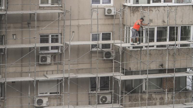 Un hoț prins la furat a sărit de la etajul trei ca să scape de polițiști