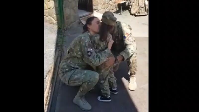 Reacția unei fetițe care își vede părinții, militari români, după 6 luni. Clipul care a adunat sute de like-ur