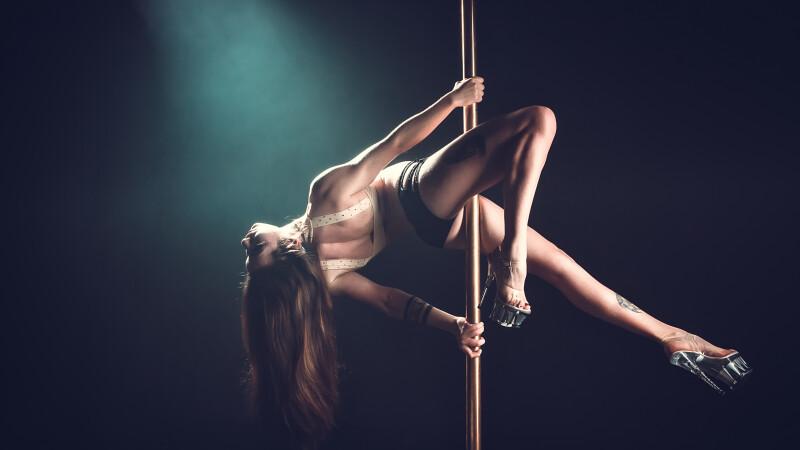 Angajata unui club de striptease ar fi infectat 550 de clienți cu coronavirus