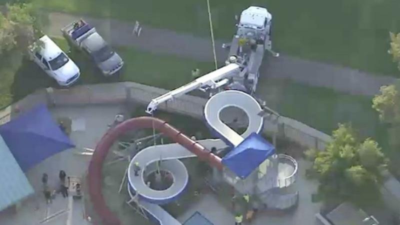 Un bărbat a murit, după ce a rămas blocat într-un tobogan al unui parc de distracții. A strigat disperat după ajutor
