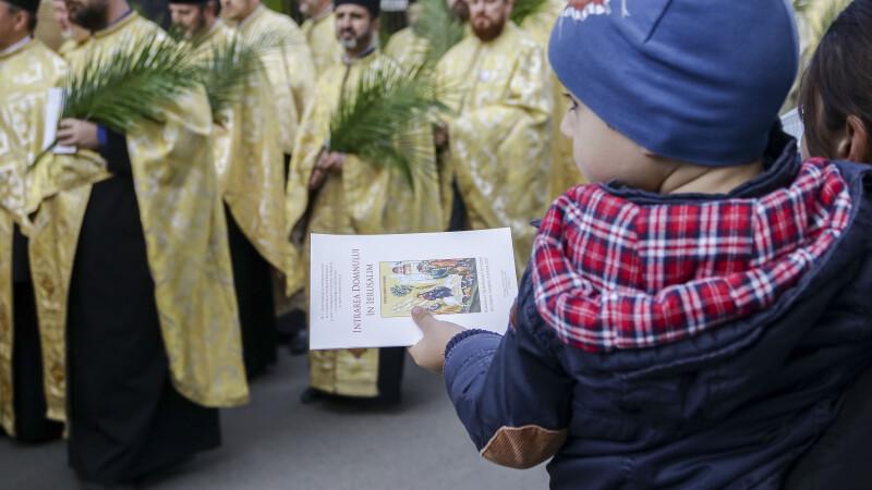 """Preoții și copiii din Botoșani, puși de autorități să le explice oamenilor cum e cu pesta porcină. """"Sunt influenceri"""""""