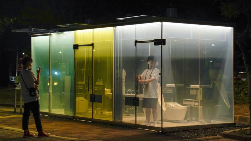 Toalete publice transparente, amplasate într-un parc din Japonia. Pereții devin opaci când sunt folosite