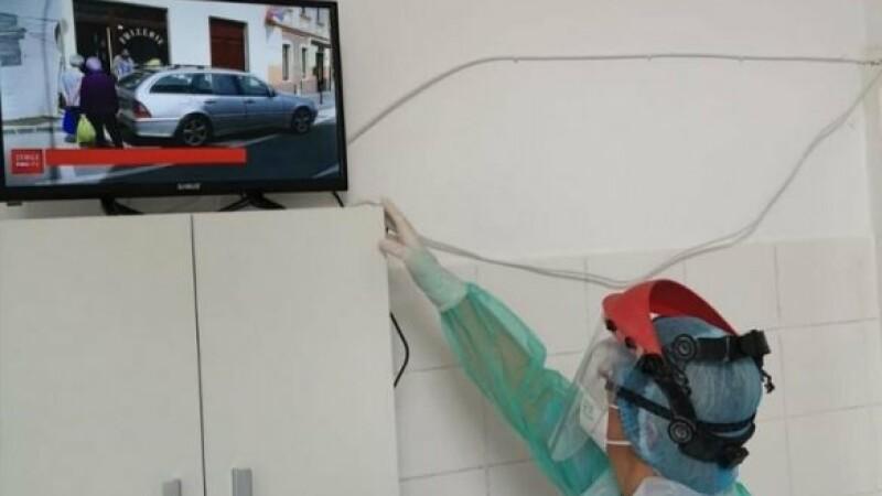 Medicii și asistentele din Iași aduc televizoare de acasă pentru bolnavii Covid și le cumpără smart-phone-uri pentru a-și vedea familiile