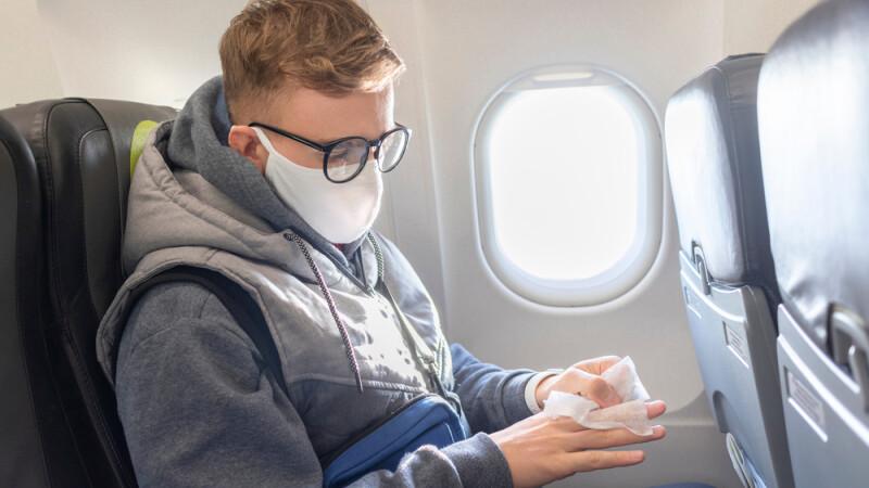 calator masca in avion
