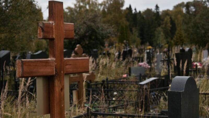 Doi adolescenți au fost torturați, violați și îngropați de vii într-un cimitir. Motivul e șocant