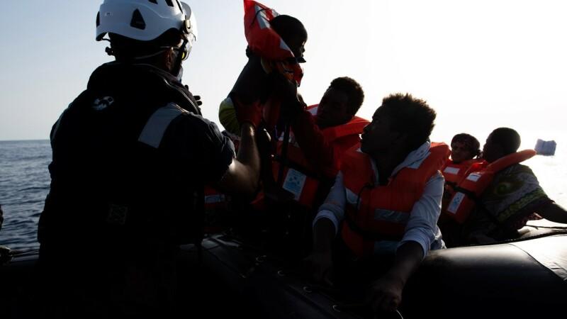 Garda de Coastă italiană a evacuat 49 de persoane de pe nava de salvare închiriată de artistul Banksy