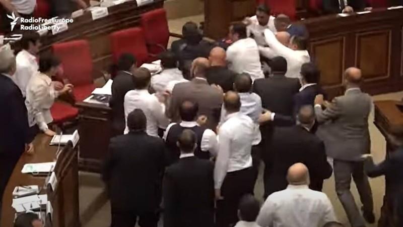bătaie Parlament Armenia