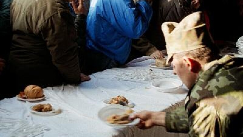 Locuitorii au servit masa la un restaurant