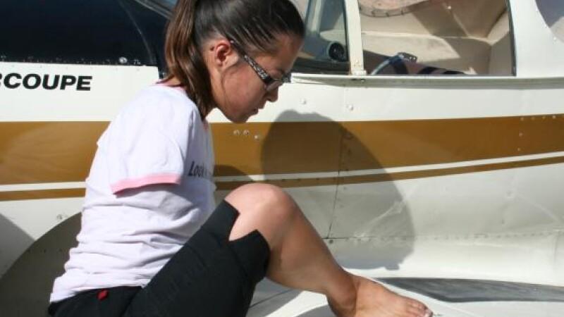 Jessica Cox piloteaza fara brate un avion