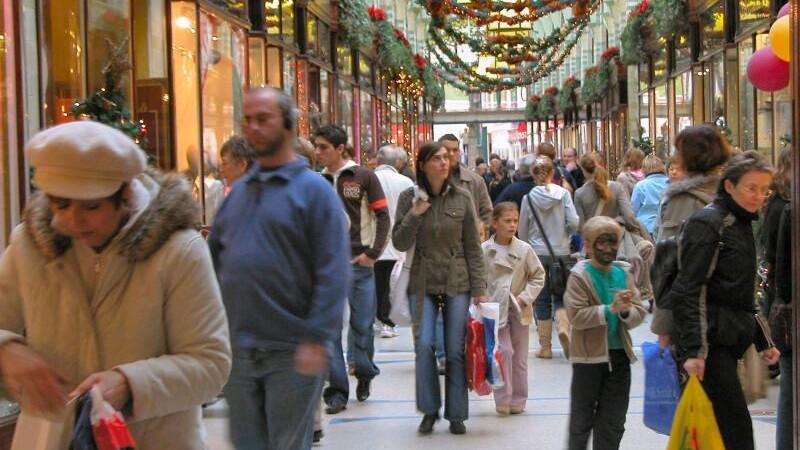 Decembrie vine cu ispite din partea comerciantilor: programe prelungite