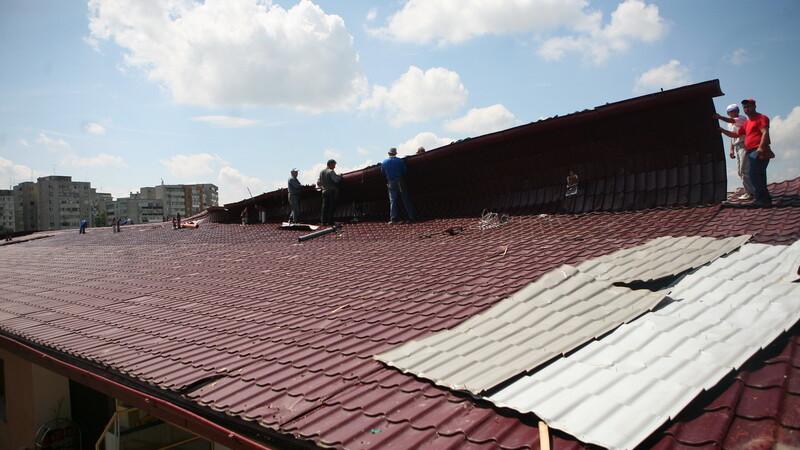 O menajera a cazut de pe acoperisul cladirii unde lucreaza!