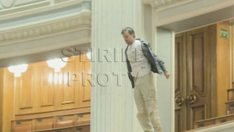 Un barbat s-a aruncat de la balconul Camerei Deputatilor!